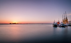 Atardecer en el muelle / sunset on the dock (tmuriel67) Tags: spain sunset seascape muelle dock colores colours outdoors highlights ndfilters nature barcos ships atlanticocean huelva andalucia longexposure