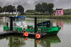 La maison rose et le bateau vert (Lucille-bs) Tags: europe france picardie hautsdefrance somme baiedesomme stvalrysursomme port eau bateau bateauvert maisonrose arbre reflet pluie cielgris