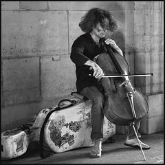 Le violoncelliste * Paris (sistereden2) Tags: square olympus nb f18 45mm omd musicien em5