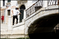 Gondoliere (carpe shot) Tags: street venice white black colors stone composition streetphotography gondola venezia