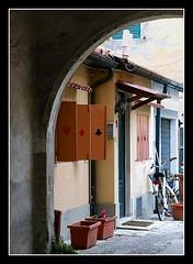 Casa...da gioco! (AngelaRosaria) Tags: case toscana livorno finestre vicoli cortili cartedagioco