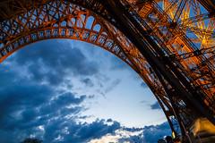 Under the Eiffel Tower (KPPG) Tags: eiffeltower paris frankreich architektur beleuchtet nacht kontruktion himmel abend nx3000 samsungnx samsunglens bogen
