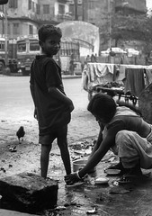 I'll wash your feet if you don't ! (Chris Jadoul) Tags: calcutta inde streetphotography nb bw monochrome personnes extrieur bidonville slum