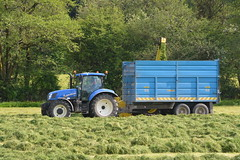 John Deere 6850 SPFH filling a Dooley Silage Trailer drawn by a New Holland T6.175 Tractor (Shane Casey CK25) Tags: john deere 6850 spfh filling dooley silage trailer drawn new holland t6175 tractor t6 175 nh cnh green blue casenewholland newholland self propelled forage harvester drimpsey silage16 silage2016 grass grass16 grass2016 winter feed fodder county cork ireland irish farm farmer farming agri agriculture contractor field ground soil earth cows cattle work working horse power horsepower hp pull pulling cut cutting crop lifting machine machinery nikon d7100 tracteur traktori traktor trekker ciągnik collecting