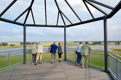 8311 Aussichtsplattform - Blick ber die Elbe bei Arneburg; Touristen. (stadt + land) Tags: aussichtsplattform elbe touristen stadt arneburg landkreis stendal sachsenanhalt