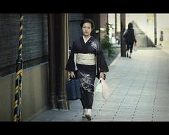 Geiko Masuho-san out of work (Kyoto, japan) [EXPLORE] (Shanti Basauri) Tags: street woman girl japan japanese costume kyoto candid clothes explore geiko geisha  yukata   kimono gion tradition kioto kansai 2012  japn hanamikoji japonia masuho jikata