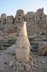 Nemrut Dagi oostelijk terras Antiochos, Turkije 2010 (wally nelemans) Tags: nemrutdagi oostelijkterras beeld antiochos 2010 turkey turkije