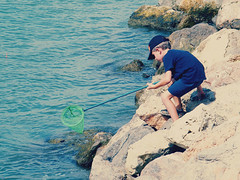 (: (Roxy Varlow ) Tags: boy sea summer beach valencia mar rocks mediterranean child crab playa verano nio rocas mediterrneo cangrejo portsaplaya roxyvarlow