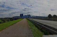 Voor de brug staan (Omroep Zeeland) Tags: kanaalgentterneuzen fietser mountainbiken terneuzen brug sluiskil oversteken