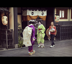 Makino-san, Sakiko-san and Shikomi in Gion (Kyoto, Japan) (Shanti Basauri) Tags: street girls woman art girl japan japanese costume women kyoto dress candid traditional salute clothes maiko geiko geisha  kimono gion tradition kioto cinematic kansai geishas  kimonos japn  sakiko makino hanamikoji  japonia  maikos  geikos kobu shikomi