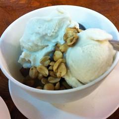 ไอศกรีมกะทิสดกับเผือกมันและถั่วลิสง | Coconut Ice Cream With Taro, Yam And Peanut @ ก๋วยเตี๋ยวโป๊ะแตก ห้าแยกพ่อขุน | Guay Tiew Po Taek