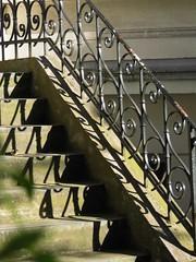 To the Garden - Zum Garten (eckbert.sachse) Tags: 2016 1850 1870 1900 grnderzeit victorian victorianisch wilhelminisch wilhelminian freeandhansatownofhamburg hamburg stairway treppe handlauf schmiedeeisen hartungstrase rotherbaum