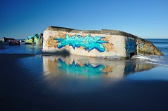 (Martin PEREZ 68) Tags: legurp gironde grayanetlhopital grafitie grafiti aquitaine ocan atlantique atlantic couleur color reflets reflection reflet reflexin reflejo bunker blue bleu azul