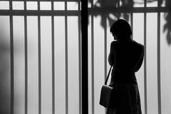 Sombras a contraluz (ramosblancor) Tags: humanos humans chica girl mujer woman contraluz backlight sombras shadows ventana window museo museum benaki atenas athens blancoynegro blackandwhite bw