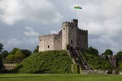 The Norman Keep   Cardiff Castle-27 (Paul Dykes) Tags: cardiffcastle cardiff wales cymru uk castellcaerdydd castle building gothic gothicrevival neogothic keep flag hill mound trees norman