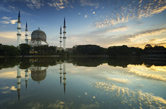 Sultan Salahuddin Abdul Aziz Shah Mosque (gilbertchuachian_siong) Tags: outdoor sky sunrise selangor malaysia mosque masjid shahalam reflection lake park building sony a6000 samyang nisi