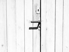 Door handle (schauplatz) Tags: neidlingen schwbischealb wanderung schwarzweis blackandwhite blackwhite schwarzweiss monochrome swabianalb trklinke doorhandle licht sunlight shadow scheune schuppen shed barn