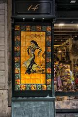 14 (JC Arranz) Tags: 14 barcelona españa ciudad arquitectura local turismo souvenirs escaparate casco antiguo tienda comercio ventas cuitat vella nikon1 j2