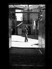 en la arena (pepe amestoy) Tags: blackandwhite streetphotography people pedraza segovia spain carl zeiss t planar 250 zm leica mount