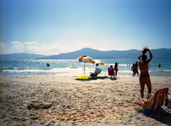 Praia do Forte (Alfredo Belohlavek) Tags: ocean beach girl 35mm sand nikon plasticfantastic f45 epson pointandshoot v500 29mm fujicolor100 digitalice ef300 nicetouch4 minilabprocessing