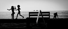 Keep Playin' (Matthieu Manigold) Tags: plage sea summer kids enfant silhouette nikon noiretblanc bw black white paros greece