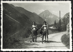 Archiv G969 Alpenradtour, 1930er (Hans-Michael Tappen) Tags: archivhansmichaeltappen lederhose hosenträger braces outdoor kleidung bergwelt fahrrad fahrräder bergstrase wandern alpen berge gebirge hut 1930s 1930er alpenstrase