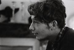 Atentif (Sarah Devaux) Tags: ugo jeunehomme youngman conversation attentif regard profil silver argentique noise bruit barbede3jours visage face man coldechemise chemiserayée pull jacket noiretblanc bw bordeaux soirée appartement intérieur inside fatigué tied