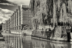 Oxford / England: Former warehouses on Oxford Canal (wwwuppertal) Tags: oxford england oxfordshire uk unitedkingdom greatbritain grosbritannien oxfordcanal lagerhuser warehouses sw schwarzweis bw blackandwhite noiretblanc blancetnoir monochrome monochrom getont toned tonung toning fujifilmxpro1 fujinonxf35mmf2rwr fujifilmxsystem trauerweide weepingwillow waterfront narrowboat