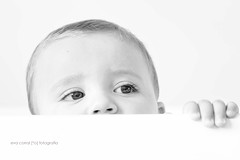Curioso (Eva Corral [*o] Fotografa) Tags: evacorral fotografa o toledo madrid reportajes nios bebs books beb cuna asomado curioso cara ojos mano rafa clavealtablanco y negroblack white