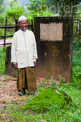 Khmer Cham caretaker of Marguerite Duras memorial | Sihanoukville Province, Cambodia (bokehcambodia) Tags: khmer cham man old elderly smile smiling caretaker custodian owner memorial monument land concession house mansion maison 1920 1920s 1925 1933 location residence home margueritedonnadieu margueriteduras frenchwriter filmdirector author novelist 20thcentury twentieth frenchindochina indochine cambodia cambodge preynop preynob preynup preynub sihanoukville province kampongsom kompongsom banteayprey banteayprei vealrenh vealrinh lamant thelover theseawall unbarragecontrelepacifique rithypanh 2008 film bokehcambodia sigma85mmf14exdghsm sigma85mmf14 sigma85mm f14
