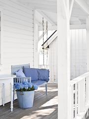 A gorgeous scandinavian summer house ! (Muriel Alvarez) Tags: wood white diy decoration homemade summerhouse homedecor scandinavian barndoor idéesdéco homedecorideas blogdéco
