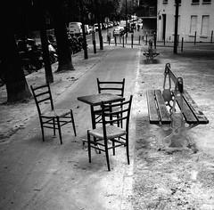 (Jack_from_Paris) Tags: l1010393bw leica m type 240 10770 leicaelmaritm28mmf28asph 11606 dng mode lightroom capture nx2 rangefinder tlmtrique bw noiretblanc noir et blanc monochrom wide angle street photo empty bench chairs place piazza point de rencontre