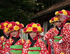 #Flickr12Days Smiles (Frans Persoon) Tags: park city red portrait green colors girl smiling yellow festival japan lens prime tokyo costume nikon memorial shrine colours child traditional group young ceremony smiles celebration fixed kimono yoyogi 60mm nikkor length meiji emperor 2012 tokio d300 focal ceremonie celebratin flickr12days