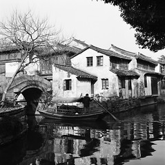 Rowing (Purple Field) Tags: china street bridge bw 6x6 tlr film analog rolleiflex canal alley kodak trix 400tx   f28 jiangsu zhouzhuang schneider kreuznach  80mm    28f xenotar         x
