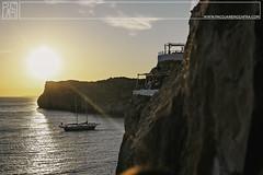 . (Paco Jareo Zafra) Tags: cova cueva xoroi den menorca acantilado barco playa atardecer puesta de sol mediterraneo mar summer verano mediterraneamente paco jareo zafra pacosrulz canon 6d atardeciendo caida sun sunset