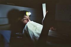 leer (A l e _ J a n d r a) Tags: read book books night gador sleep bed cama por la noche linterna light shadow shadows home casa verano leer libro analog analogica olympus mju ii kodak film pelicula