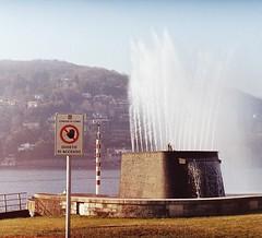 Non avvicinatevi alla fontana... (sirio174 (anche su Lomography)) Tags: fontana como vialegeno lago lake acqua water divieto
