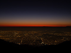 Cae la noche sobre Santiago (Mauro Pesce) Tags: santiagodechile santiago chile city ciudad citylights landscape citylandscape dusk sunset twilight mountainview red andesmountains andes metropolis altitude outdoor outdoors sky serene