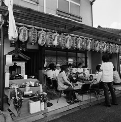Jizo Festival in Kyoto () (Purple Field) Tags: rolleiflex wideangle tlr carl zeiss distagon 55mm f40 ilford delta iso400 bw monochrome film analog 120 6x6 medium square kyoto japan street alley jizo bon guardian walking people       400