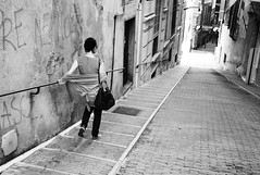 girl walking down steep cobbled street (gorbot.) Tags: blackandwhite italy monochrome rangefinder genoa genova roberta mmount leicam8 voigtlander28mmultronf19