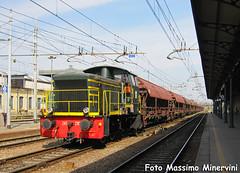 D245.2183 con Tramogge (Massimo Minervini) Tags: d245 d2452183 diesel locomotorediesel manovra cremona ti trenitalia cargo canon400d ferrovia stazionecremona tramogge carritramoggia treno