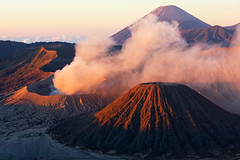giava - bromo (peo pea) Tags: indonesia giava java vulcano attivo sunrise alba red sky eruzione eruption asia scalata