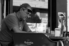 the reader (pepe amestoy) Tags: blackandwhite streetphotography people portrait elcampello spain fujifilm xe1 carl zeiss t planar 250 zm