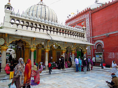 Dargah Nizamudin Mosque (cowyeow) Tags: portrait people india candid delhi indian muslim islam hijab mosque sufi sufism rajasthan newdelhi nizam hazrat dargah nizamuddin nizamudin nizamuddindargah taawwuf hazratnizamuddindargah f dargahnizamudin