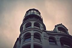 Inner-city lighthouse? (ms holmes) Tags: windows sky building architecture fenster hamburg himmel architektur gebude innenstadt upwards neuerwall nachoben schleusenbrcke canoneos1000d