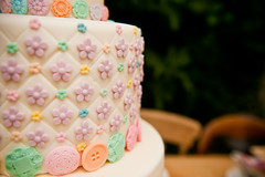 Button wedding cake detail (elizabethscakeemporium) Tags: sugarbuttons elizabethsolaru buttonweddingcake elizabethscakeemporium