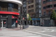 La Temperatura en Oviedo (Jusotil_1943) Tags: termometro digital tiempo temperatura oviedo 29 numeros pasodecebra seales trafico bank semaforo fences