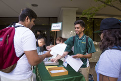 Orientation leader Jarred De la Cruz hands out add/drop slips and campus maps to inquiring students in front of Lassen Hall. (Sac State) Tags: public affairs california state university sacramento vernone sacstate sacramentostate calif usa us