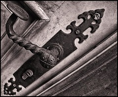 Antigua Cerradura (Antique Lock) (Black and White Fine Art) Tags: door blackandwhite white black texture textura blancoynegro canon puerta key puertorico lock sanjuan porta doorhandle llave cerradura lightroom fechadura maaneta blackwhitephotos canon1855is canoneos50d canon50d blackandwhitefineart lightroom3 silverefexpro2 canoneos1855is