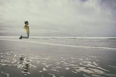 Futuro... {Explore} (Graella) Tags: playa beach agua arena libertad saltar salto nio boy teenager landscape inch irlanda ireland platja reflejos sky cielo cel